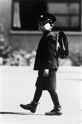 آکیهیتو در راه مدرسه